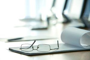 Weitere Tests zur Rechtsschutzversicherung - Brille mit Blatt