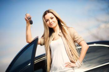 Glückliche Frau durch Verkehrrechtsschutz abgesichert