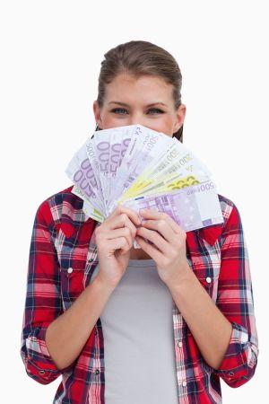 Frau mit Geld, dass sie durch Rechtsschutz gespart hat
