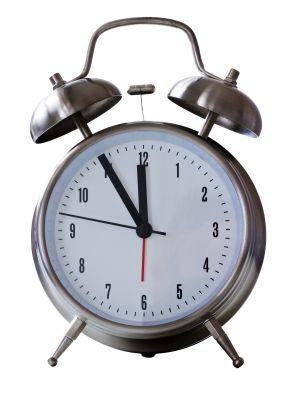 Alter Wecker - 5 vor 12 als Symbol für Wartezeit
