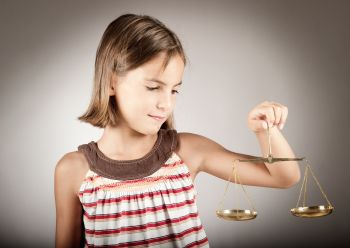 Mädchen mit Justizia Waage