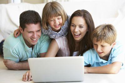Familie vor dem Laptop