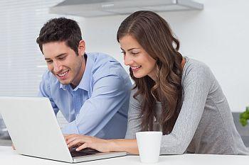 Junges Paar vor dem Computer auf der Suche nach einer Privatrechtsschutz