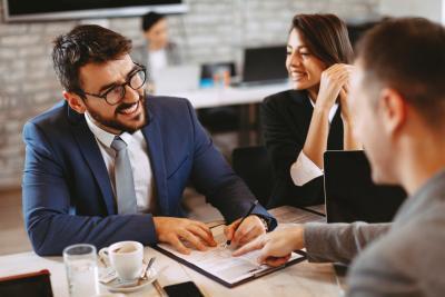 Advocard Rechtsschutzversicherungs Kunden im Gespräch mit dem Anwalt