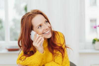 Rechtsschutz Kundin telefoniert mit Rechtsschutz Service Hotline