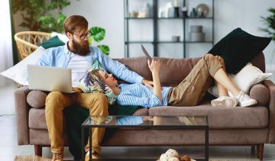 rechtsschutzversicherung wird von pärchen auf dem sofa diskutiert